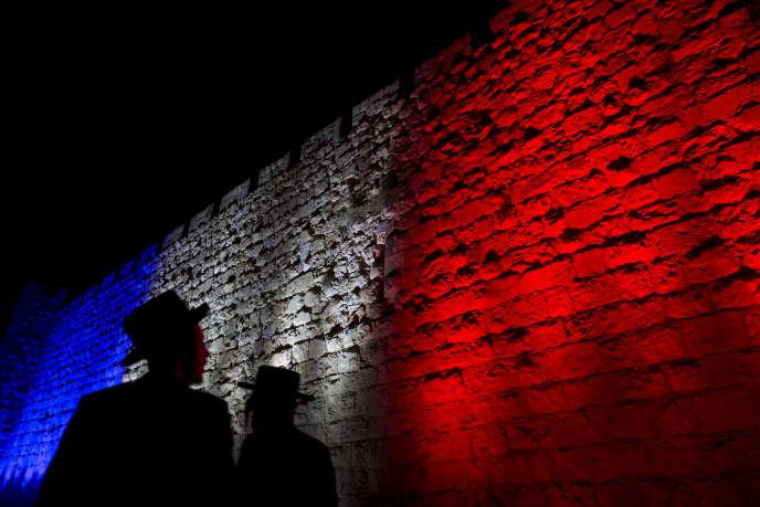Les remparts de la vieille ville de Jérusalem ont été illuminés en bleu, blanc et rouge au lendemain des attaques terroristes qui ont frappé la France.