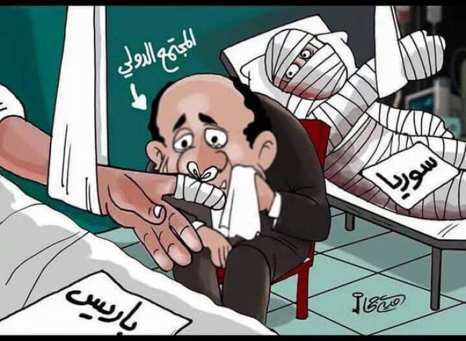 Caricature arabe qui montre un homme représentant la communauté internationale en train de s'apitoyer sur le sort de Paris, blessée au doigt, alors que la Syrie, derrière lui, est couverte de bandelettes des pieds à la tête.