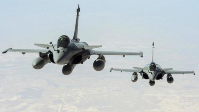 La France a bombardé Raqqa, le fief de l'EI, dimanche soir après les attentats de Paris.