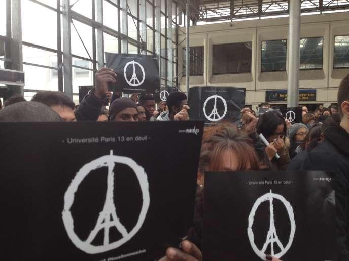 A l'université de Villetaneuse, lundi 16 novembre. Les étudiants ont respecté une minute de silence.