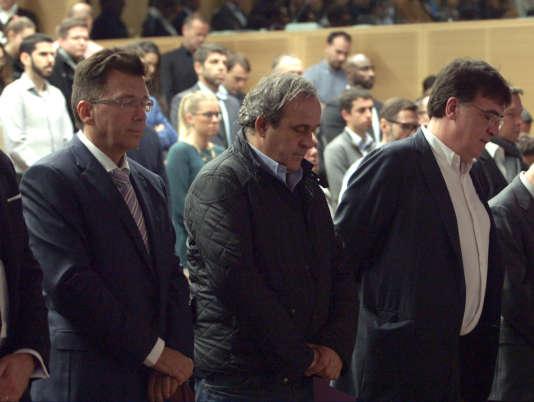 Michel Platini, Martin Kallen (à gauche) et Theodore Theodoridis, secrétaire général adjoint de l'UEFA, observent une minute de silence au siège de la confédération après les attentats du 13 novembre à Paris. Photo transmise par Alquier Communication.