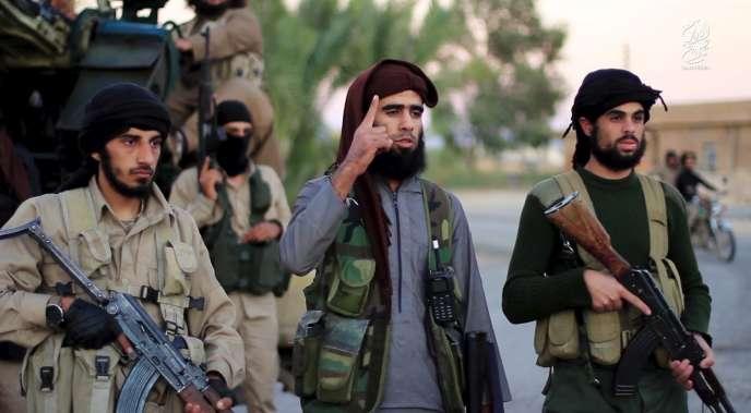 Des membres de l'Etat islamique, sur une vidéo diffusée le 16 novembre.