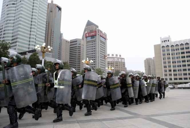 Des policiers à Urumqi, dans la région du Xinjiang, le 29 juin 2013.