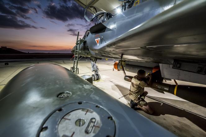 Un rafale de l'armée de l'air française est préparé avant un départ en mission au dessus de la Syrie en novembre 2015.