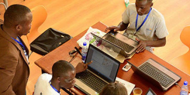 L'équipe de géolocalisation,  chargée de placer les alertes sur la carte en ligne, lors de l' élection présidentielle kényane de 2013.
