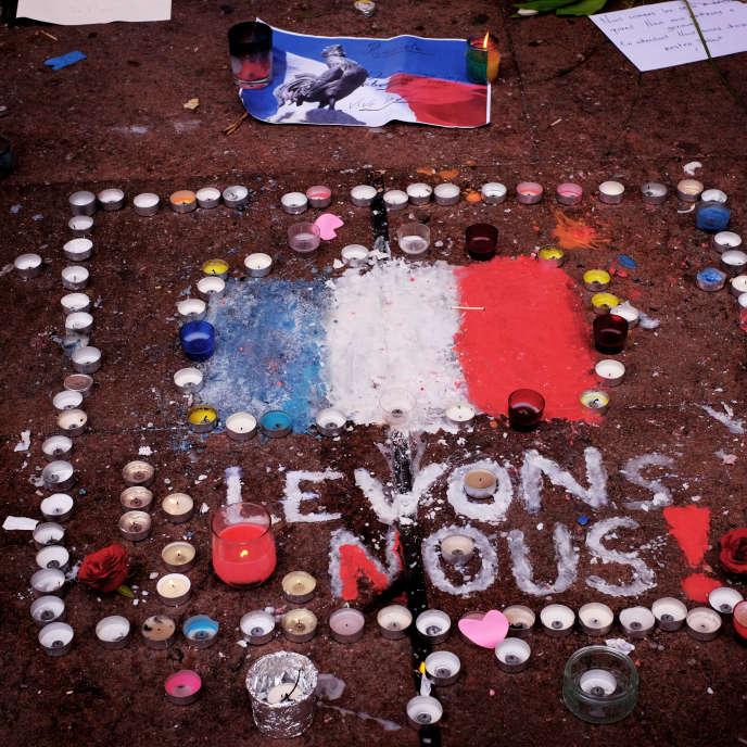 Bougies disposées lors d'un rassemblement lundi16 novembre 2015 à Toulouse, après les attentats de Paris et de Saint-Denis du 13 novembre.