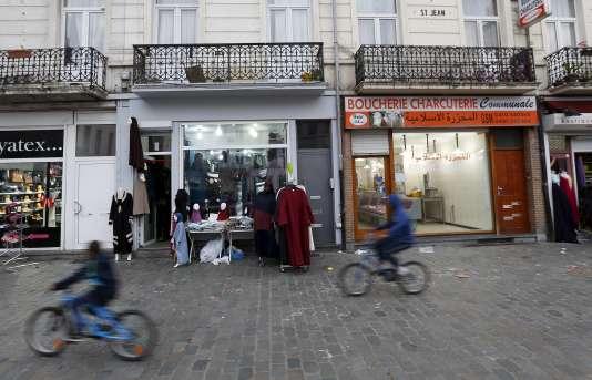 Des boutiques dans le quartier de Molenbeek à Bruxelles en Belgique le 15 novembre 2015.