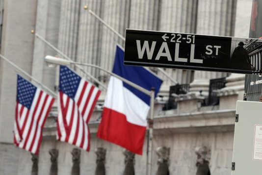 A Wall Street, devant l'entrée de la Bourse, les drapeaux français et américains sont en berne.