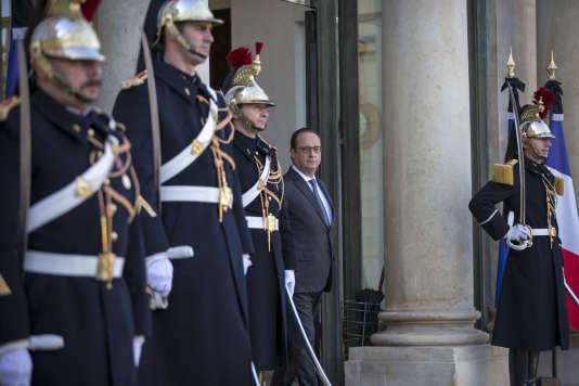 François Hollande reçoit Nicolas Sarkozy à l'Elysée après une série d'attentats à Paris. Dimanche 15 novembre 2015 -