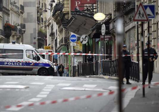Des policiers dans les rues de Paris, le 16 novembre.