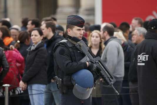 Un gendarme devant le musée du Louvres (Paris), lors de sa réouverture le 16 novembre. La moitié des réservistes actuels se concentrent dans la gendarmerie.