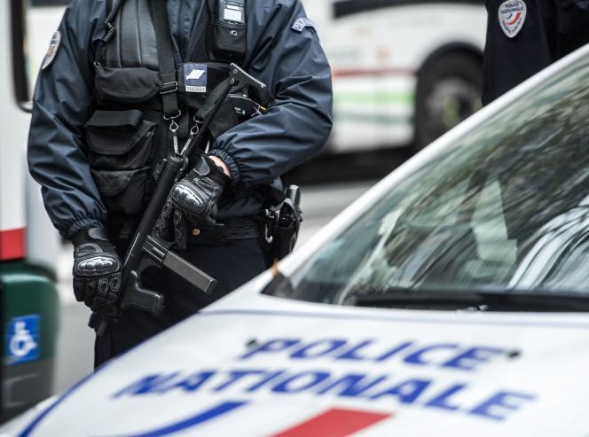Un policier devant la préfecture de Lille (Nord), le 16 novembre 2015.