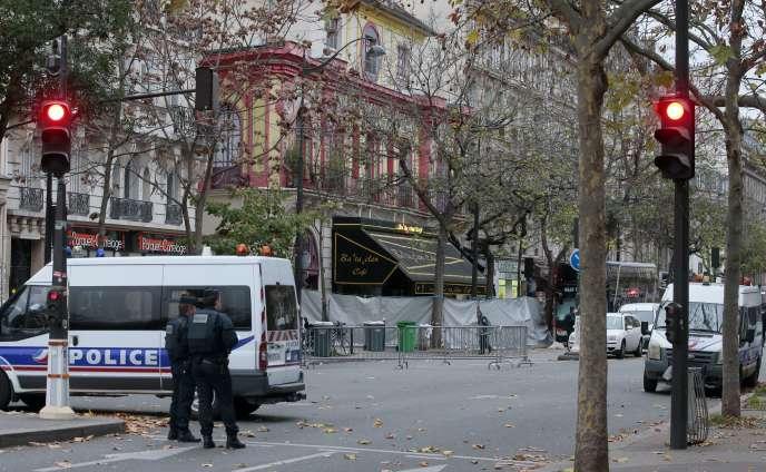 Devant le Bataclan, au lendemain des attentats de Paris, le 14 novembre 2015.