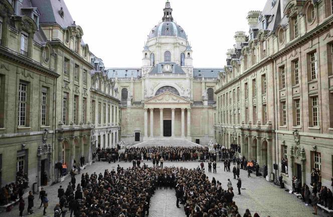 La minute de silence observée à la Sorbonne, le 16 novembre 2015.    REUTERS/Stephane de Sakutin/Pool
