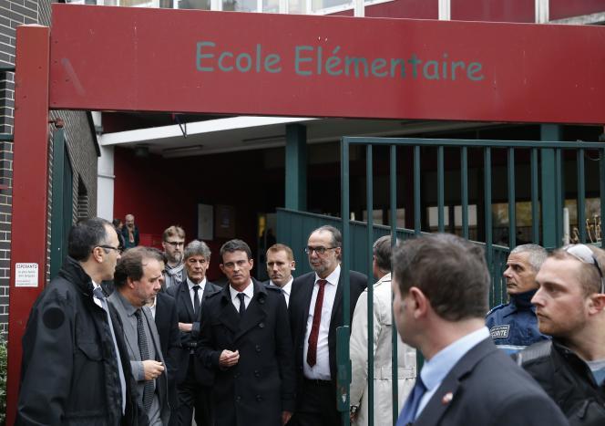 Manuel Valls visite une école, le 16 novembre, à Paris.