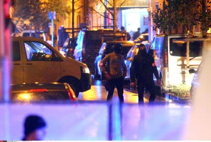 Bruxelles le 14 novembre 2015, les policiers sont à la recherche de suspects dans le quartier de Molenbeek.