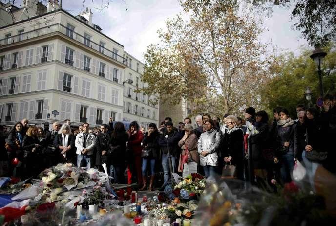Une minute de silence devant le Bataclan, le 16 novembre 2015.