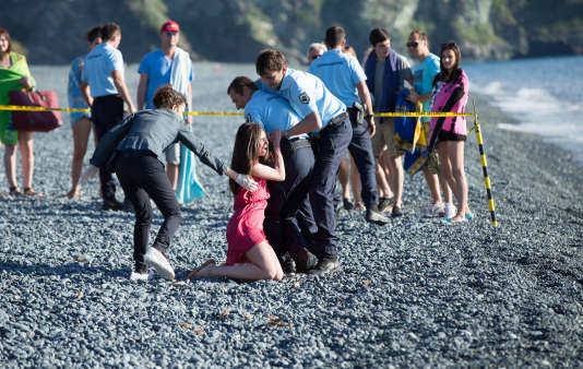 Elisabeth Viviani (Louise Monot), sur la plage où est retrouvé le cadavre de son fils.