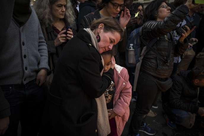 Une fillette allume une bougie en hommage aux victimes des attaques de Paris et de Seine-Saint-Denis, le 15 novembre, place de la République.