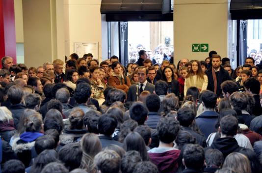 Minute de silence à Sciences-Po Paris, lundi 16 novembre.