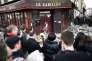 Des centaines de personnes se sont rassemblées lundi 16 novembre à midi devant Le Carillon, dans le 10e arrondissement de Paris, pour y observer une minute de silence en hommage aux victimes.