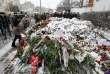 Un amas de fleurs devant l'ambassade de France à Moscou, dimanche 15 novembre.