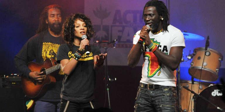 Le musicien ivoirien Tiken Jah Fakoly (à droite), au Bataclan, en janvier 2010, avec la chanteuse française Louisy Joseph.