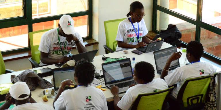 Equipe s'occupant de la vérification des alertes reçues sur la plate-forme lors des élections présidentielles kényanes de 2013