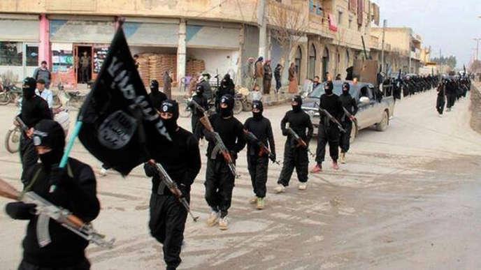 «Ce n'est pasépouser à tout prix la cause des damnés de la terre que d'observer que les partisans d'une laïcité agressive alimentent une islamophobie politique, médiatique et populaire» (Photo:combattants d'al-Qaida défilant à Raqqa, en Syrie, le 14 janvier 2016/AP Photo/Militant Website, File).