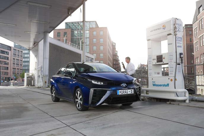 Une Toyota Mirai fait le plein dans une station publique de recharge d'hydrogène, en Allemagne.