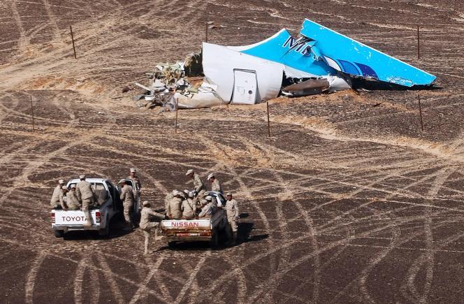 Sur le site du crash de l'avion dans le Sinaï, le 1er novembre 2015.