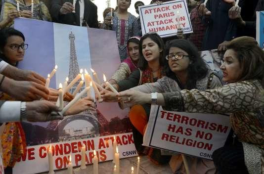 Des militants des droits de l'homme rendent hommage aux victimes des attentats de Paris, le 17 novembre à Lahore.