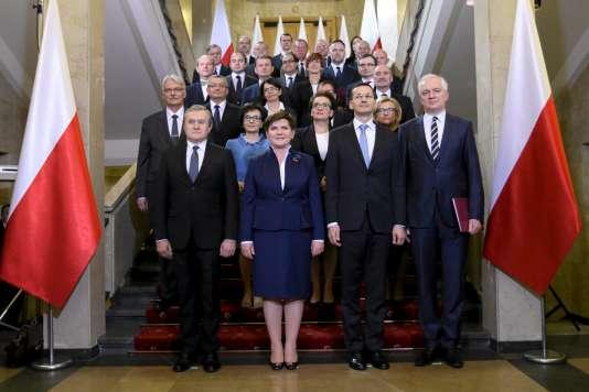 La première ministre polonaise Beata Szydlo pose aux côtés de son gouvernement le 16 novembre 2015.