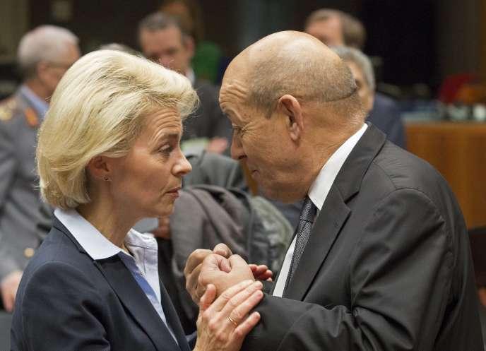 Ursula von der Leyen, la ministre de la défense de l'Allemagne, et Jean-Yves LeDrian, son homologue français, le 17 novembre à Bruxelles.