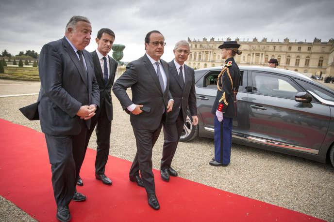 Le président de la République au Château de Versailles, lundi 16 novembre, pour parler devant le Parlement réuni en Congrès. Il est accueilli par Claude Bartolone, président de l'Assemblée nationale, Manuel Valls, premier ministre, et Gérard Larcher, président du Sénat.