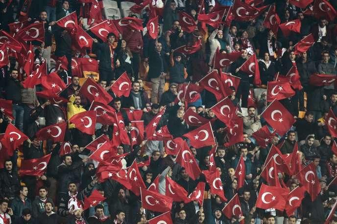 Supporteurs turcs le 17 novembre lors du match amical face à la Grèce.