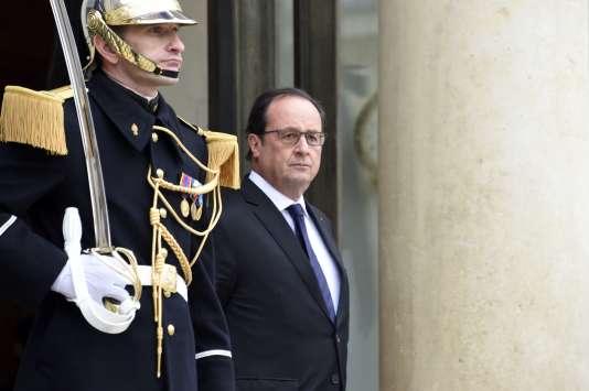 Le président François Hollande sur le perron de l'Elysée, le 17 novembre, à Paris.