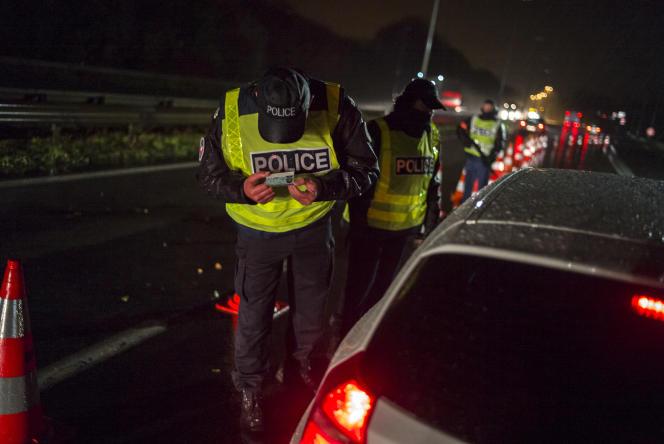 Sur l'A27, le 14 novembre, dispositif de contrôle à hauteur de Camphin-en-Pévèle après les attaques terroristes du 13 novembre à Paris.