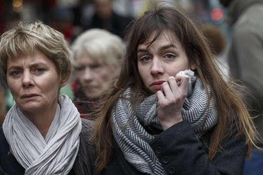 Une jeune femme en pleurs devant La Belle équipe, à Paris, le 17 novembre.