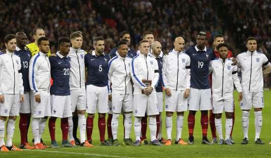 Comme après les attentats du 13 novembre à Paris et Saint-Denis, la rencontre Pays-Bas- France devrait très probablement être maintenue. Ici, les joueurs des équipes de France et d'Angleterre rendent hommage aux victimes des attentats du13novembre, le 17 novembre 2015.