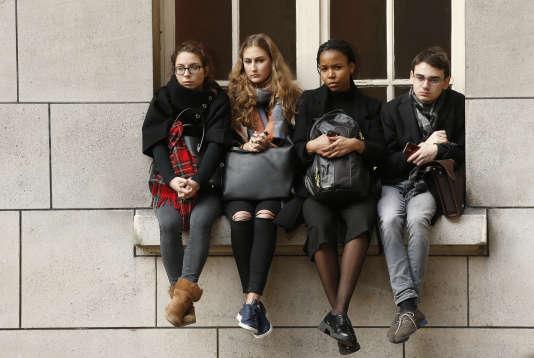 Les étudiants de la Sorbonne, à Paris, ont observé une minute de silence en présence du président de la République, le lundi 16 novembre.