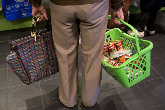 Une homme patiente dans la file d'attente d'un supermarché, le 9 mai 2014 à Paris
