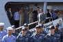 Le président Barack Obama quitte un navire de guerre philippin, à Manille, aux Philippines, le 17 novembre.