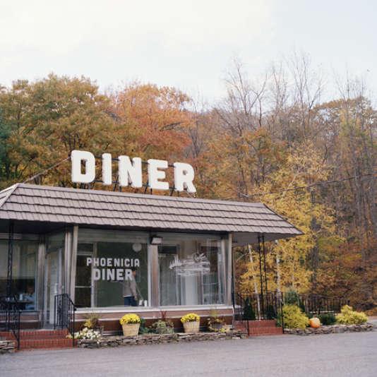 Le restaurant Phoenicia Diner attire autant une foule locale que des artistes et des musiciens. Créé en 1962, il sert des produits de saisons et locaux.