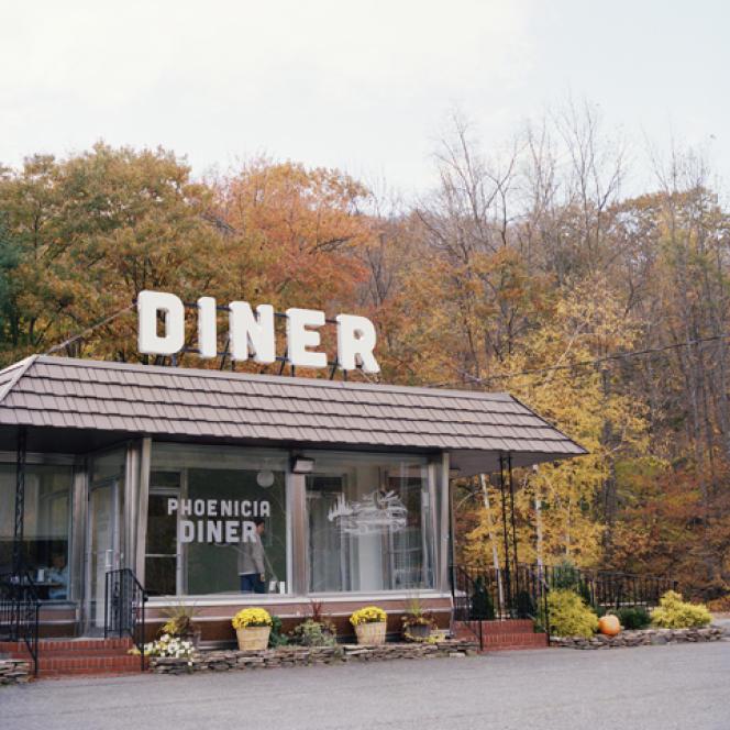 Le Phoenicia Diner est un établissements des Catskill Moutains qui attire autant la clientèle du coin que les artistes et les musiciens. Depuis 1962, on y sert des plats à base de produits locaux et de saison.