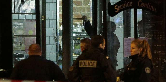 Devant le café La Belle Equipe, rue de Charonne, à Paris après l'attaque meurtrière du vendredi 13 novembre.