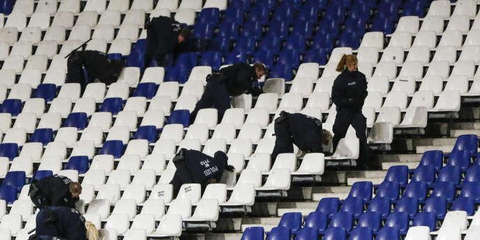 Des policiers recherchent un colis suspect dans les tribunes du stade de Hanovre, le 17novembre.