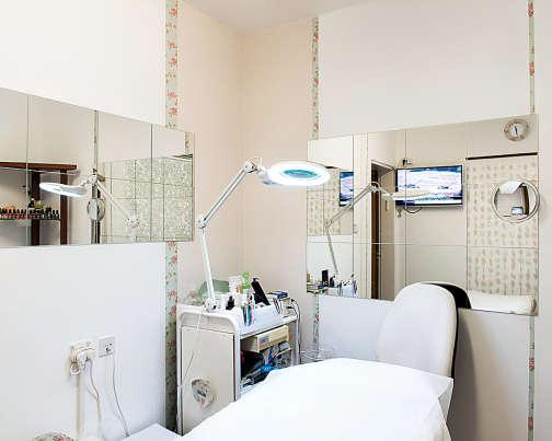 """Un institut de beauté a installé l'une de ses cabines dans une """"mamad"""", une pièce aménagée en chambre forte, à Gedera, en Israël."""