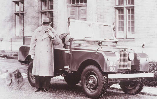 Winston Churchill à côté d'une version pick-up du Land Rover.
