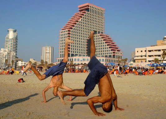 26 février 2005: de jeunes Israéliens pratiquent les arts martiaux sur la plage de Tel-Aviv, près de l'endroit où a eu lieu la veille un attentat-suicide.
